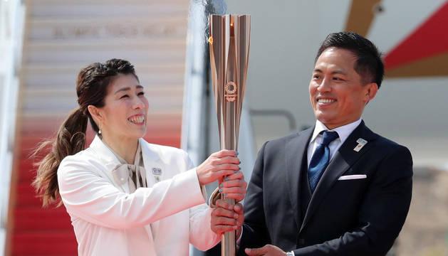 La llama descendió del avión de manos de Tadahiro Nomura, tres veces medallista de oro en judo, y Saori Yoshida, tres veces campeona en lucha