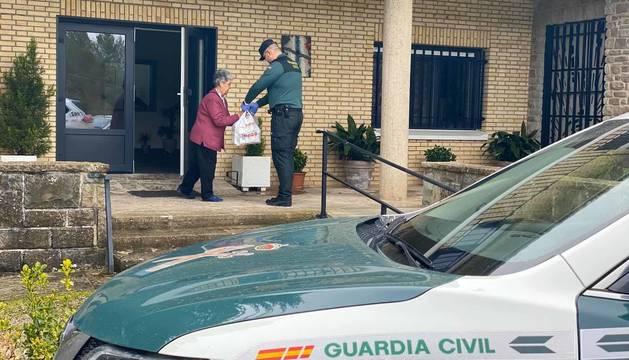 Foto de Guardia Civil, en una residencia de ancianos.