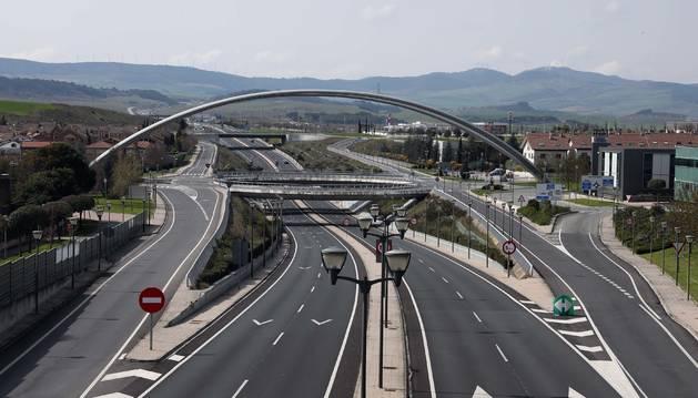Foto de carreteras vacías (en la imagen la Autovía del Camino en Zizur) reflejan el parón de la actividad.