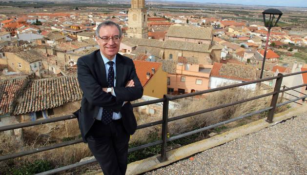 Foto de José Soto Bonel posa, en una foto de archivo, en el mirador del Castillo de Ablitas, con el casco urbano de su villa natal al fondo.