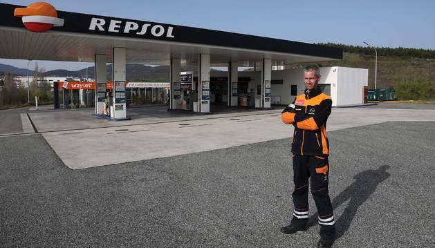 Foto de David Pérez Domínguez posaba ayer junto a la estación de servicio completamente vacía en el polígono de Areta.