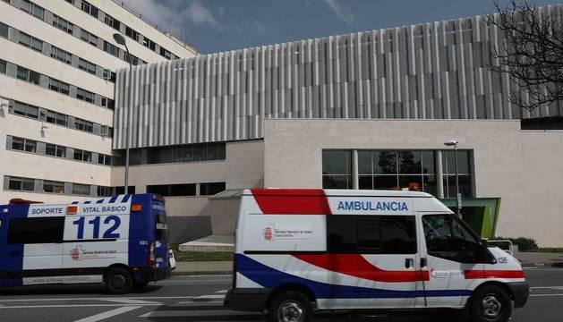 Ambulancias circulando por el Complejo Hospitalario de Navarra.