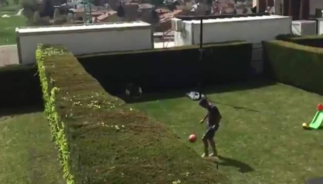 Foto de fútbol-tenis entre los osasunistas Navas y Mérida durante el confinamiento por coronavirus.