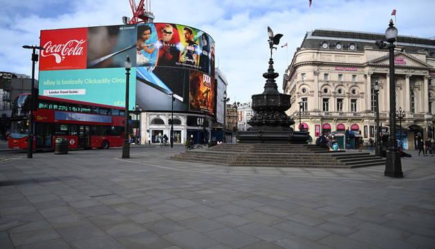 Inusual imagen de Piccadily Circus vacía, en el centro de Londres.