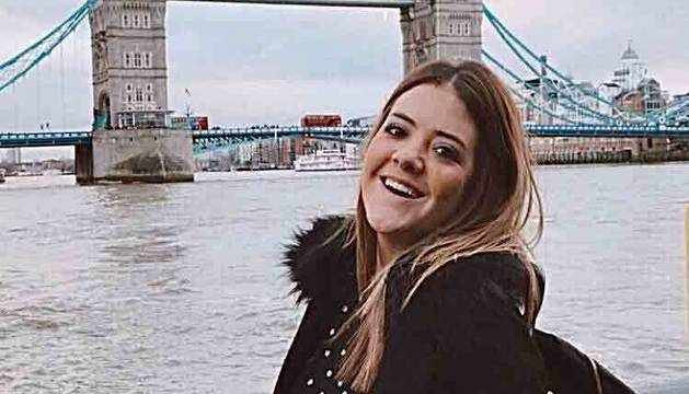 Carla Satrústegui Reclusa  ante el emblemático Tower Bridge (Puente de la Torre), de Londres.
