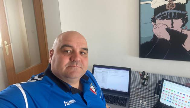 Cata, secretario técnico de Osasuna, se fotografía en su piso de Pamplona, lugar de trabajo durante estos días de cuarentena.