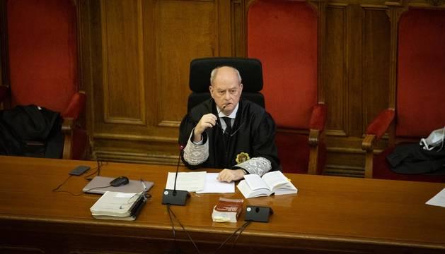 El magistrado presidente, Enrique Rovira, durante la lectura del veredicto del crimen de la Guardia Urbana.