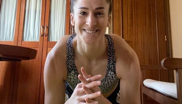 La internacional navarra Nerea Pena Abaurrea, subcampeona mundial, apoyada en una pelota de pilates.