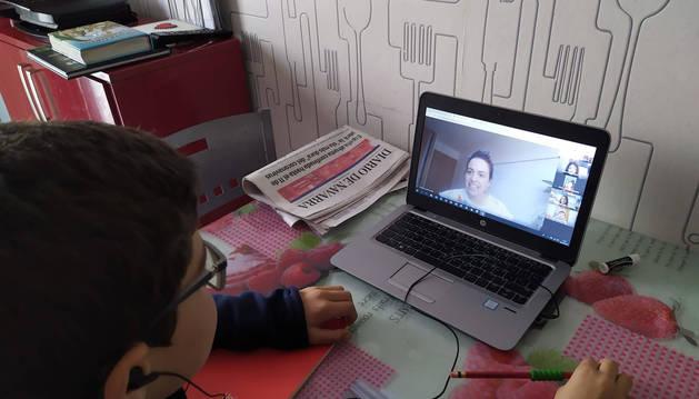 Foto de la conexión online con compañeros y tutora en la clase de este martes de 4ºD de Primaria del Colegio San Miguel de Noáin.