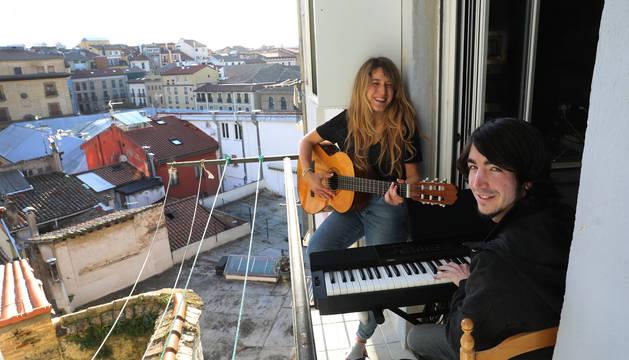 Foto de Javier Urtasun, al piano, y Lucía Idoate, a la guitarra, este martes en el balcón de su casa