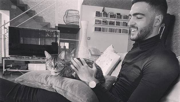 El navarro Mikel Merino, junto a su mascota, en su domicilio de Pamplona donde pasa la cuarentena.