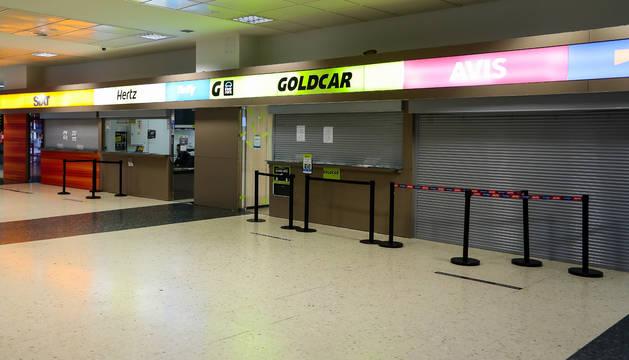 Mostradores de compañías de alquiler de coches en el Aeropuerto de Valencia vacíos durante el cuarto día del estado de alarma por coronavirus.