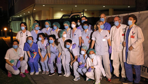 Personal sanitario del CHN, durante el homenaje que les rindió las fuerzas de seguridad.