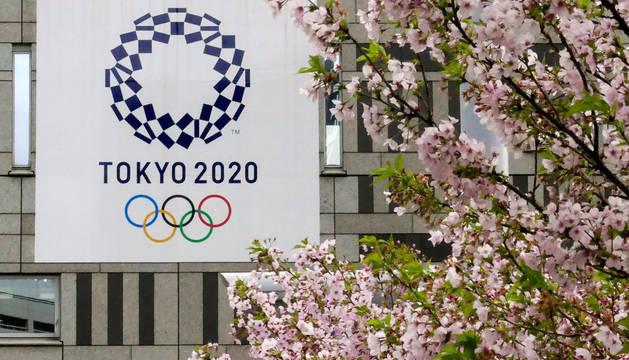 Fotografía de archivo de un cartel con el logotipo de los Juegos Olímpicos de Tokio 2020 junto a un cerezo en flor el 6 de marzo de 2018.