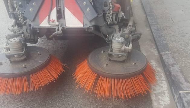 La comunidad de regantes cede un tractor al Ayuntamiento para acometer la limpieza junto a una barredora