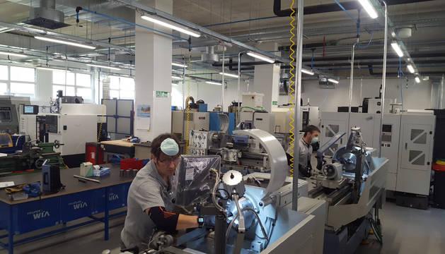 Foto de Juan Cobo y Chema Ahechu, profesores de Salesianos, durante la mecanización de las piezas del RNC19 fabricadas el lunes.