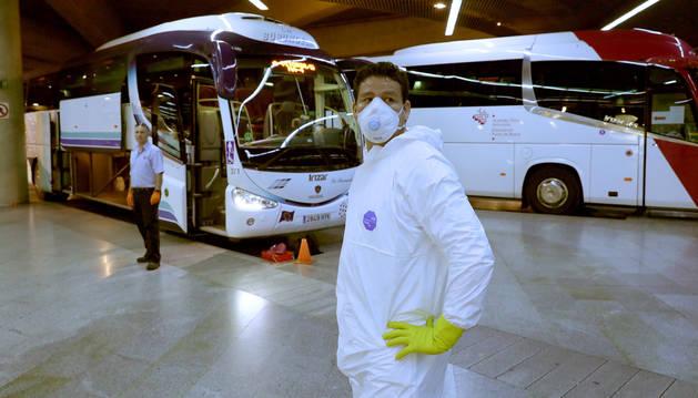 Ariel Chalar Áñez, en primer término, trabajador de una empresa de limpieza. Al fondo, el chófer David Garjón Zambrano.