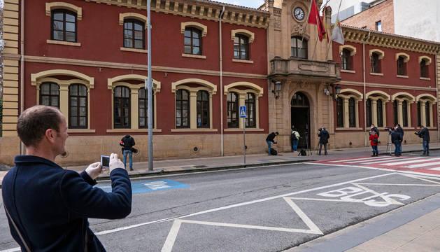 Imagen del martes tras el pleno de la moción de censura con el edil Regino Etxabe fotografiando a su compañero y ya alcalde, Koldo Leoz.