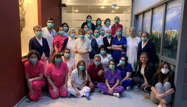 Foto de los trabajadores de la residencia Nuestra Señora de Gracia de Tudela confinados en el centro, con sus mascarillas de protección.