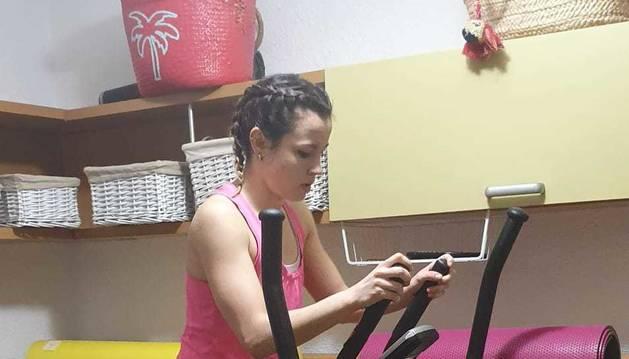 Foto de Aintzane Gorria ejercitándose en una habitación de su casa de Burlada.