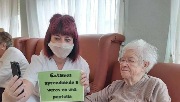 Foto de Milagros Moncalvillo hablando con su hija junto a Vanessa Sola, terapeuta ocupacional.