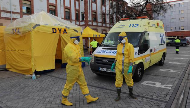 foto de Efectivos de la DYA se preparan para desinfectar una ambulancia con un tratamiento de ozono, agua y lejía para prevenir el contagio por coronavirus