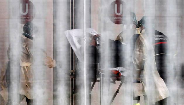 Ingreso de un paciente en el Complejo Hospitalario de Navarra, donde la DYA Navarr,a en coordinación con el departamento de Salud, ha implantado un túnel de desinfección para desinfectar tanto ambulancias, como material médico intrahospitalario.
