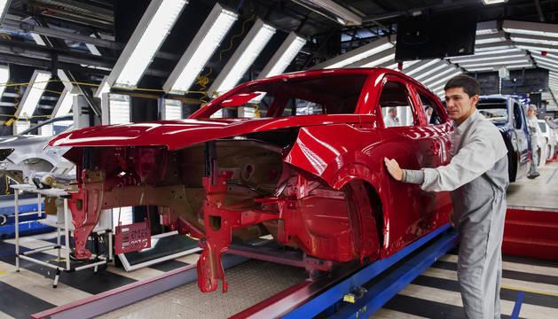 Operarios de pintura de la planta de PSA Peugeot Citroen en Vigo.