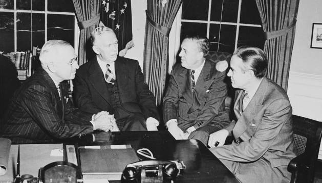 El presidente Truman, George Marshall, Paul Hoffman y Averell Harriman, en el despacho oval.