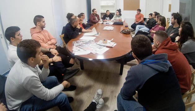 Foto de la reunión del colectivo del barrio antes de que se dictaran las normas de confinamiento.