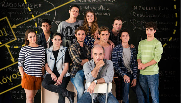 Foto de Francesc Orella (Merlí) con sus alumnos.