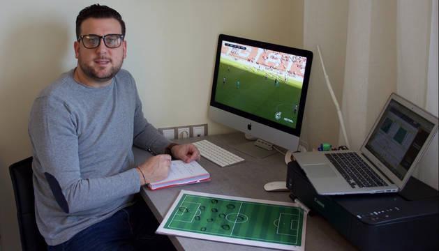 Foto del analista pamplonés Dani Maríncontinúa con su actividad y coge notas mientras ve un partido de fútbol.