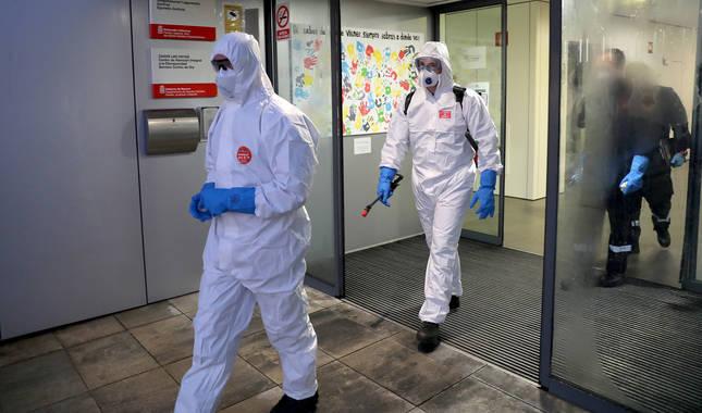 foto de Dos miembros de la UME sale de la residencia Las Hayas donde han realizado labores de desinfección