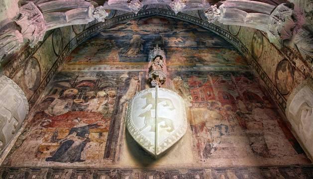 Vista en contrapicado de la reproducción de la  pintura de la tumba del obispo Sánchez de Asiáin.