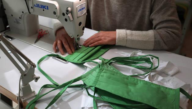 Foto de archivo de una costurera que está cosiendo mascarillas, en Pamplona.