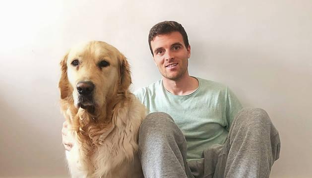Foto de Javi Eraso, futbolista navarro del Leganés, junto con su perro Sua, en su domicilio de Madrid donde esá viviendo  el confinamiento.