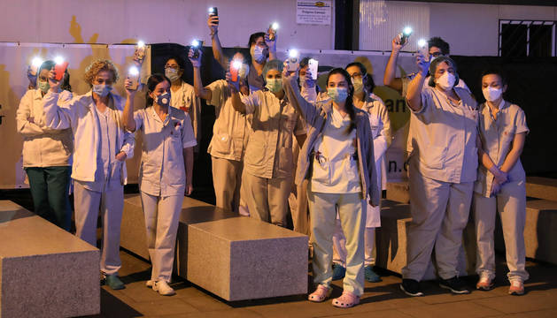 Sanitarios del Complejo del Hospital de Navarra reciben el homenaje del cuerpo de Bomberos.
