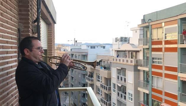 Un músico en un balcón de Llíria.