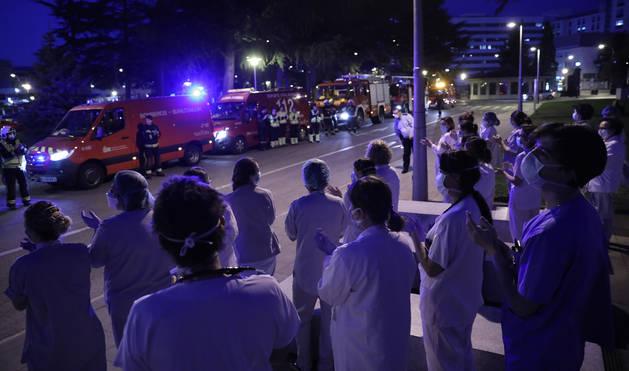 Emocionante homenaje de Bomberos de Navarra al personal sanitario del CHN