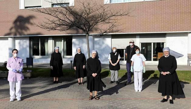 Varias de las hermanas, acompañadas por parte del personal que atiende la residencia de Pamplona, ayer por la tarde.