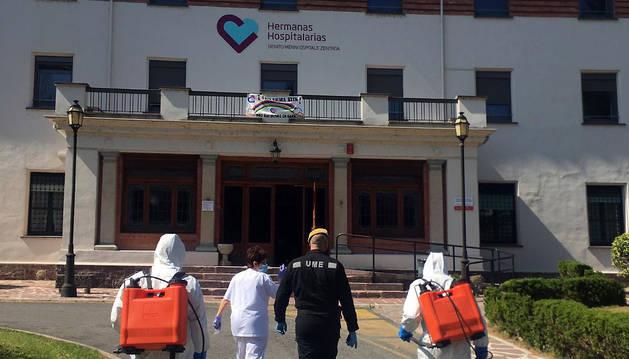 Personal de la UME, en el exterior del Hospital psiquiátrico de Elizondo.