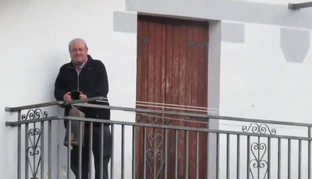 Pedro Jesús Baines, inmortalizado en una de las dos citas diarias en las que sale a su balcón.