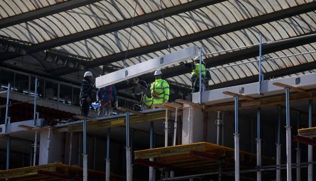 Operarios de VDR trabajando esta semana en la nueva tribuna que se levantará en Sur.