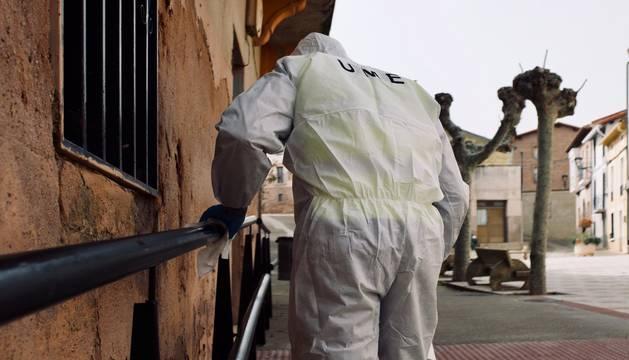Un miembro de la UME, durante las labores de desinfección.