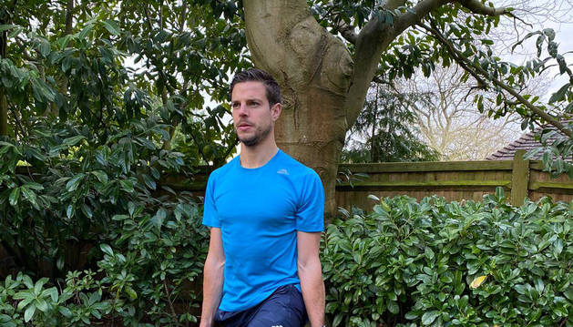 César Azpilicueta realiza cada día ejercicios de fuerza y equilibrio en el jardín de su residencia en Londres.