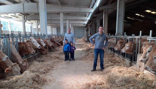 César Palacios, en primer término en la granja de Izal. Detrás, su primo Gonzalo con sus hijos, Unai y Ainhoa, de 5 y 3 años.