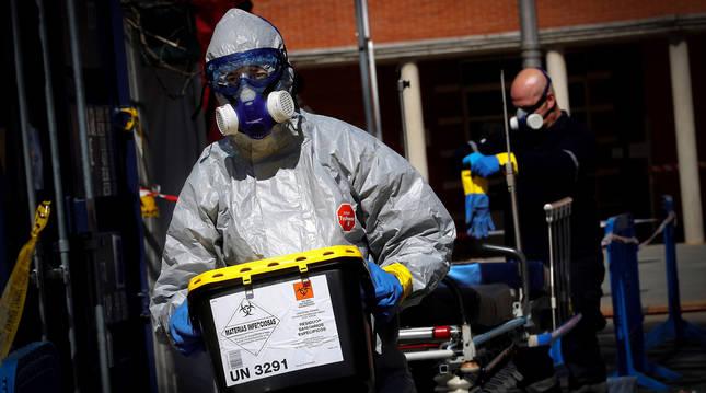 Miembros de DYA Navarra desinfectan EPIs, camillas y ambulancias de Urgencias del Complejo Hospitalario de Navarra