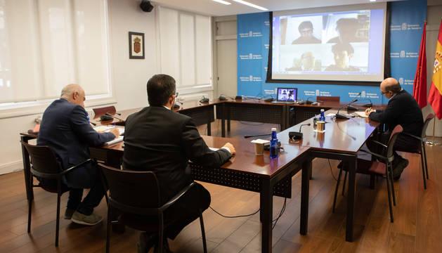 Imagen de la videoconferencia celebrada este viernes entre el Gobierno foral y los interlocutores sociales.