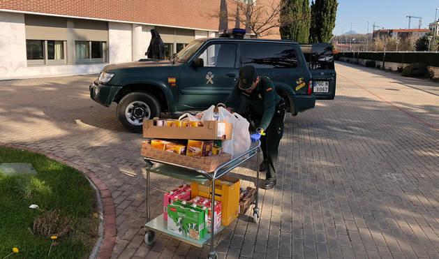 Agentes de la Guardia Civil han recogido los alimentos donados por vecinos y el Hotel el Toro y los han trasladado a la Residencia de Mayores de las Hernitas de los Pobres