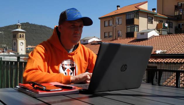 Ramón Orayen, ayer en la terraza de su casa, con el ordenador con el que sigue realizando tareas de su negocio en la distancia.
